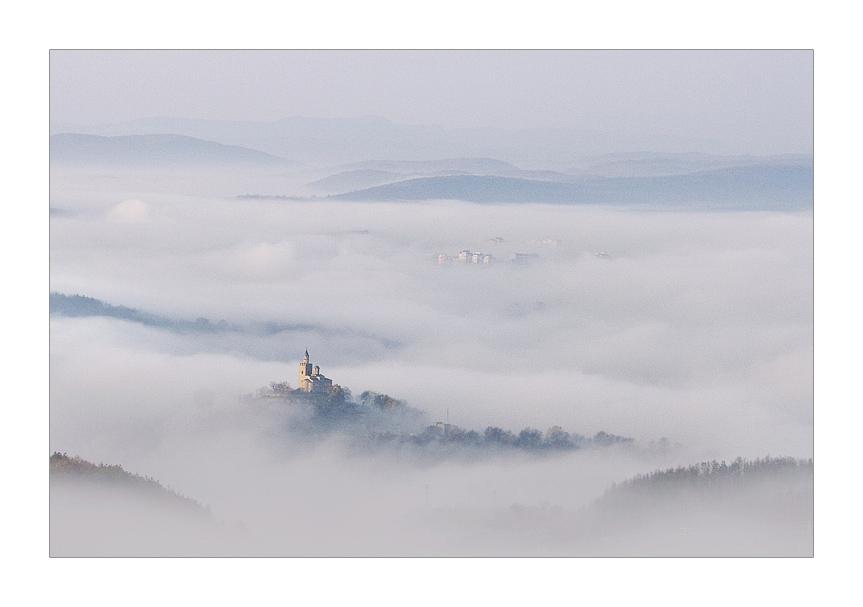 Царевец в мъгла